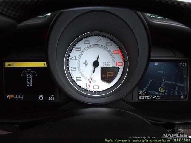 Đồng hồ công-tơ-mét mới chỉ 961 dặm (khoảng 1.596 km)