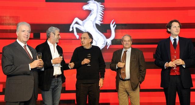 Từ trái sang: phó chủ tịch Piero Ferrari, trưởng đội đua Maurizio Arrivabene, chủ tịch Sergio Marchionne, cựu CEO Amedeo Felisa, và chủ tịch FCA John Elkann