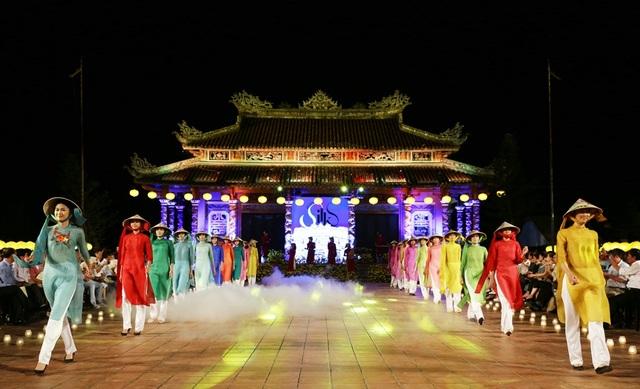 """Dàn người mẫu trình diễn áo dài tại chương trình trình diễn thời trang với chủ đề """"Đêm lụa Phương Đông""""."""