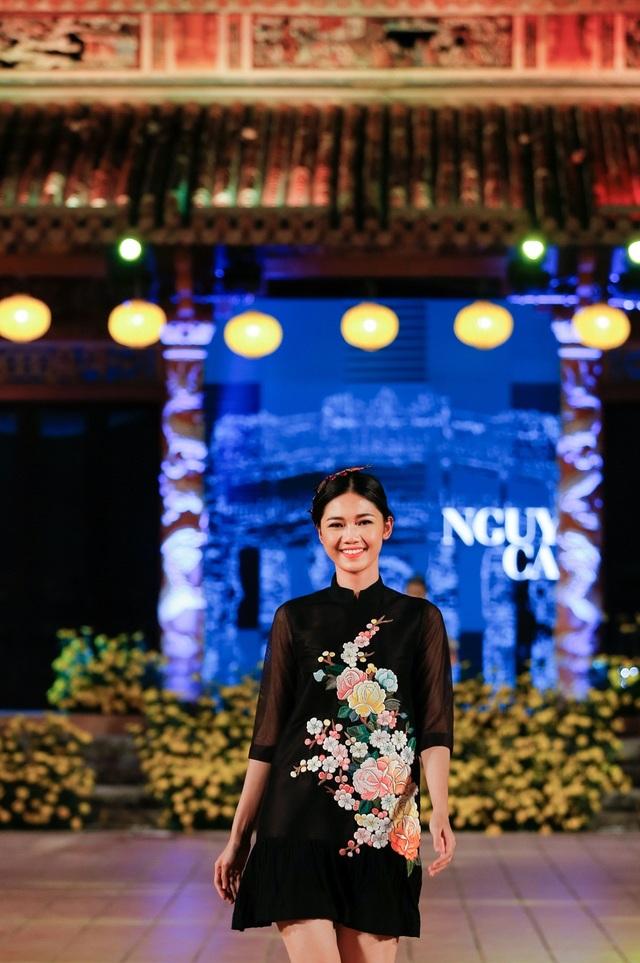 Á hậu Thanh Tú với chiều cao nổi bật dễ dàng thu hút sự chú ý. Gần đây, cô được nhiều NTK tin tưởng giao trách nhiệm người mẫu đinh trong các show thời trang.