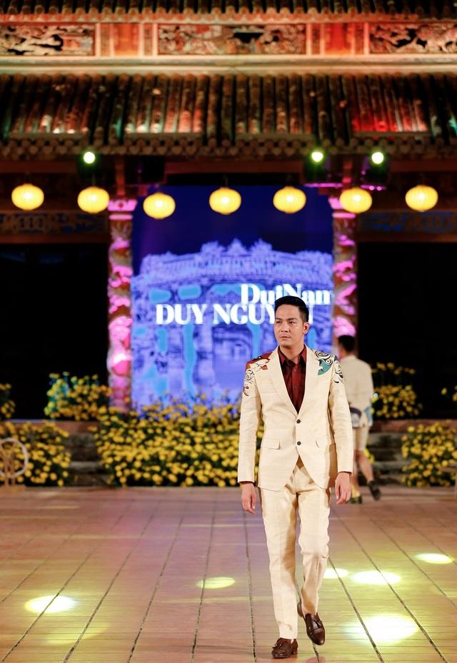 Mister lịch lãm Vũ Duy Hưng tiếp tục gây ấn tượng tại cuộc thi Mister Việt Nam 2010. Hiện anh đang là một tiếp viên hàng không và đã xa rời sàn catwalk. Vũ Duy Hưng nhận lời tham gia trình diễn vì kính trọng và yêu mến NTK Minh Hạnh.