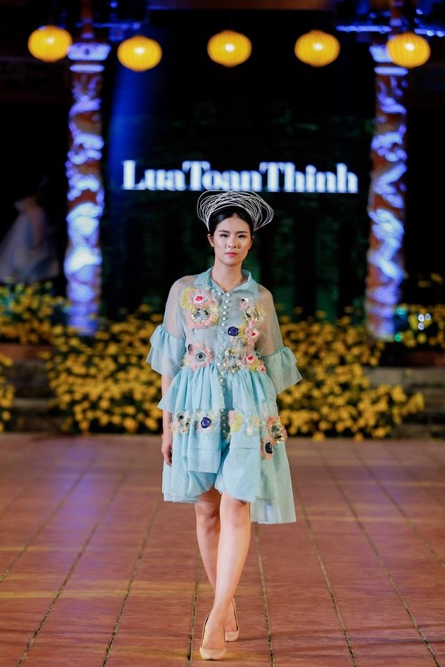Hoa hậu Ngọc Hân vừa là NTK, vừa là người mẫu tham gia trình diễn.