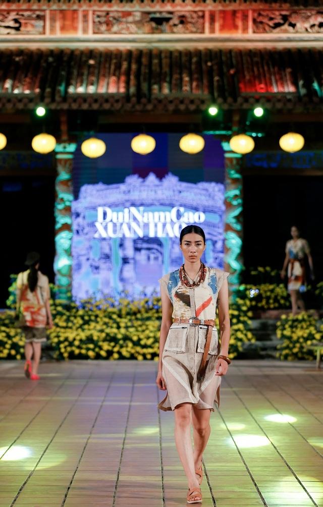 Các người mẫu trình diễn những bộ sưu tập lấy cảm hứng sáng tạo trên nền lụa của các làng nghề.