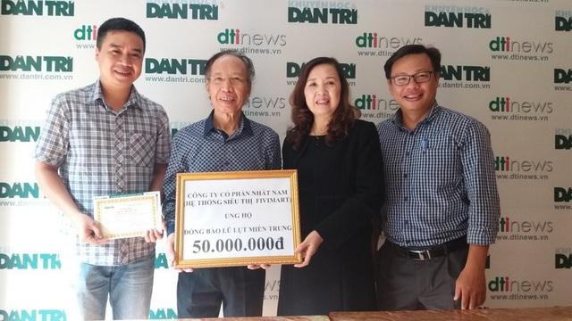 Bà Vũ Thị Hậu - trao số tiền 50.000.000 đồng tới quỹ Nhân Ái báo Dân trí để giúp đỡ đồng bào miền Trung khắc phục hậu quả do bão lũ