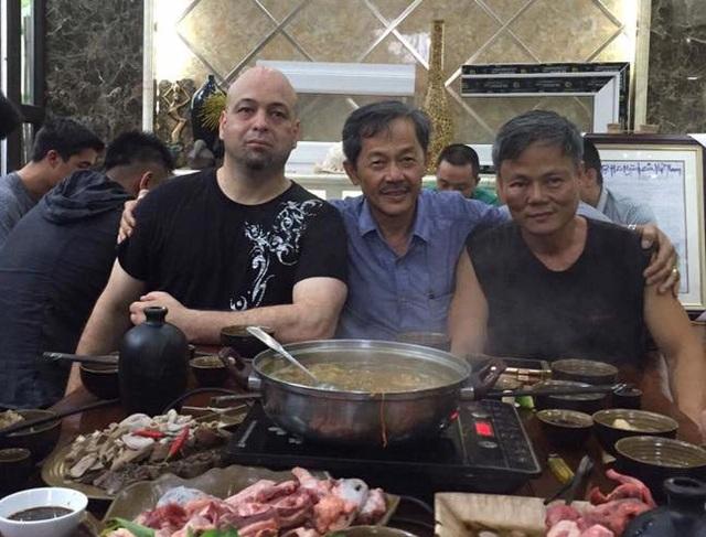 Võ sư Flores (bìa trái) có thể sẽ không được tỉ võ trận thứ 3 tại Việt Nam, do người ông muốn gặp là chưởng môn Nam Huỳnh Đạo chưa gặp ông