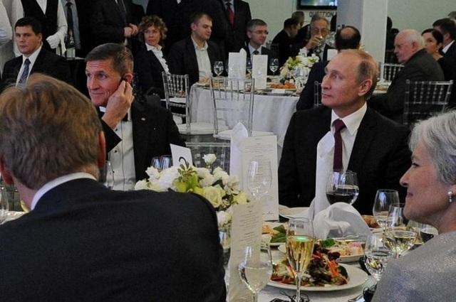 Tổng thống Nga Vladimir Putin (thứ hai từ phải sang) ngồi cạnh cựu Cố vấn An ninh Quốc gia Mỹ Michael Flynn tại bữa tiệc tối ở Moscow năm 2015 (Ảnh: Reuters)
