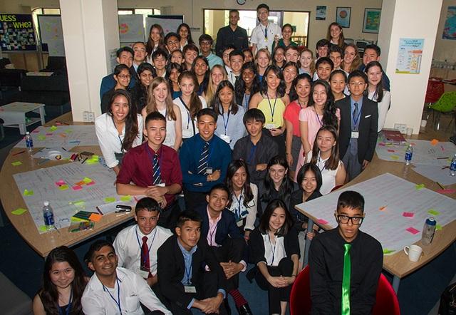 """Châu đại diện trường BVIS tham dự """"Diễn đàn lãnh đạo học sinh các trường quốc tế trong khu vực Đông Nam Á"""" (FOBISIA South East Leadership Conference) (Váy hồng hàng thứ ba, thứ hai từ phải sang)"""