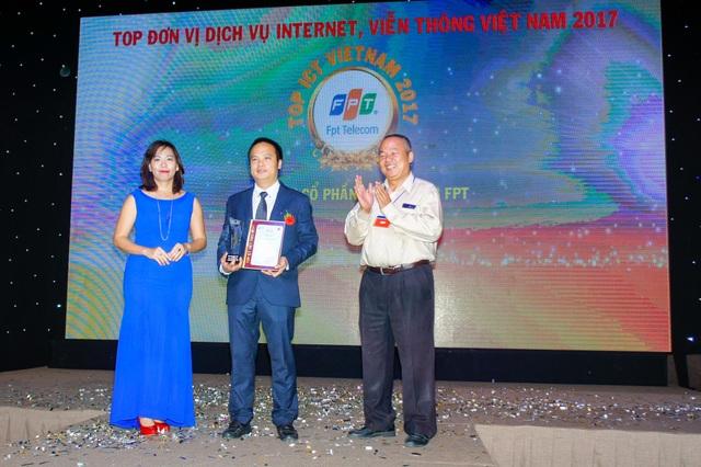 Đại diện FPT Telecom nhận giải thưởng Top ICT Việt Nam 2017.