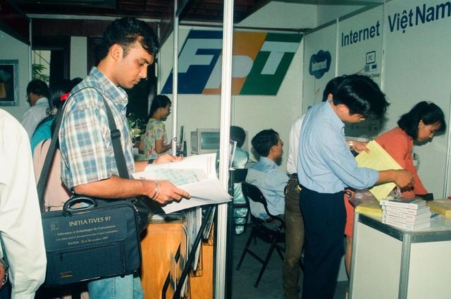 Thời điểm những năm đầu Interet mới được cung cấp tại Việt Nam.
