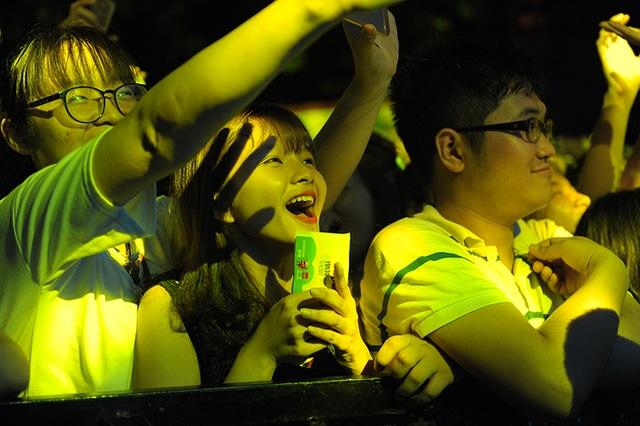 Fan nữ hào hứng khi gặp thần tượng