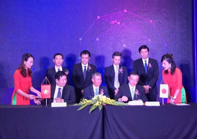 Lễ ký kết diễn ra giữa hai bên thành viên cùng đại diện của Bộ TT&TT.