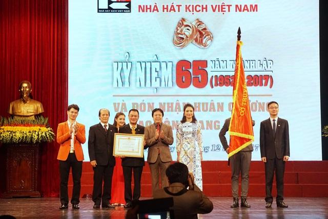 Lãnh đạo Nhà hát Kịch Việt Nam đón nhận Huân chương lao động hạng Nhất.