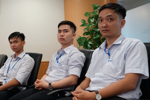 Nhóm thí sinh dự thi lắng nghe phản hồi từ ban giám khảo.