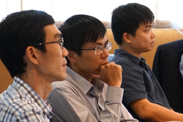 Hội đồng giám khảo chăm chú lắng nghe phần trình bày của thí sinh.