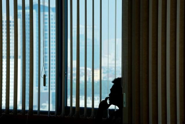 Một thí sinh trầm ngâm bên cửa sổ trước khi bước vào phần trình bày của mình.
