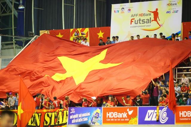 Những khán đài đầy sôi động ở giải futsal Đông Nam Á HDBank Cup 2017