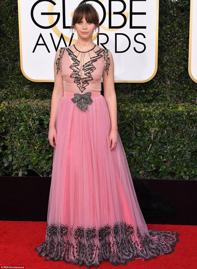 Felicity Jones bị chê sến với váy phấn hồng trang trí cây dừa rất khó hiểu