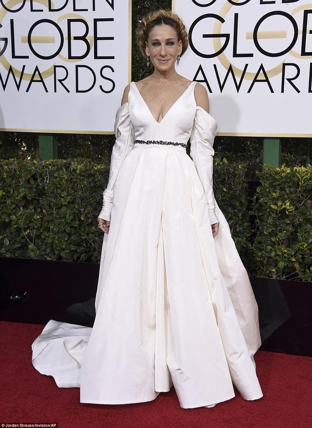 Sarah Jessica Parker diện bộ váy trắng quá tẻ nhạt và đơn điệu