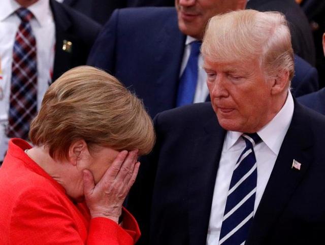 Khoảnh khắc Thủ tướng Đức Angela Merkel ôm mặt khi nói chuyện với Tổng thống Trump.