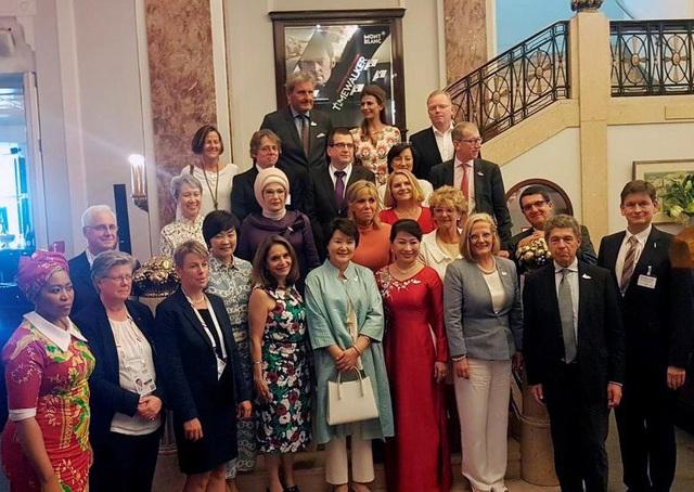 Phu nhân và phu quân của các nhà lãnh đạo thế giới chụp ảnh lưu niệm khi tham dự sự kiện bên lề thượng đỉnh G20.
