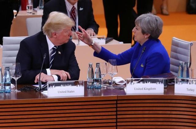 Thủ tướng Anh Theresa May ngồi cạnh Tổng thống Trump trong một phiên họp.