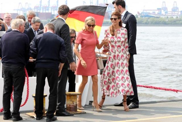 Đệ nhất phu nhân Pháp Brigitte Macron (trái) nắm tay Đệ nhất phu nhân Argentina Juliana Awada tham dự sự kiện dành riêng cho các phu nhân và phu quân của các nhà lãnh đạo G20.