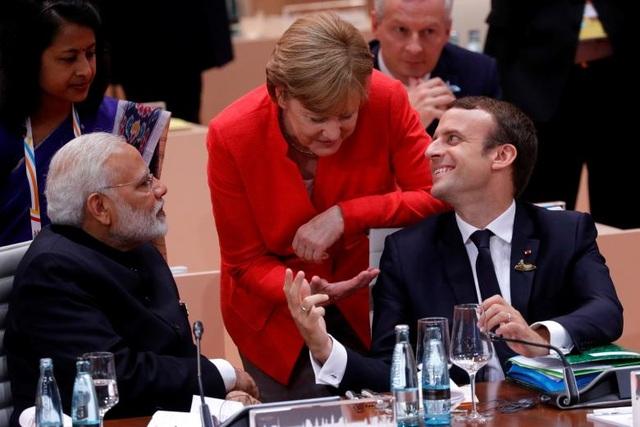 Lãnh đạo nước chủ nhà Angela Merkel trò chuyện với Tổng thống Pháp Emmanuel Macron (phải) và Thủ tướng Ấn Độ Narendra Modi.