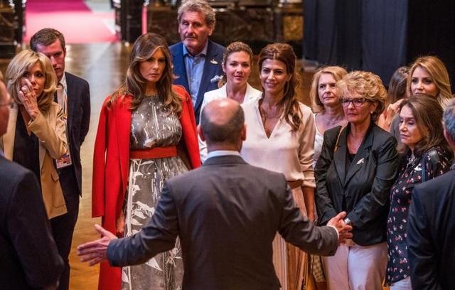 Các đệ nhất phu nhân và phu quân của các nhà lãnh đạo G20, trong đó có Đệ nhất phu nhân Pháp Brigitte Macron (ngoài cùng bên trái), Đệ nhất phu nhân Mỹ Melania Trump (thứ hai từ trái sang), trò chuyện cùng Thị trưởng thành phố Hamburg Olaf Scholz.