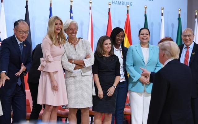 """Tổng thống Donald Trump trò chuyện vui vẻ cùng các khách mời tham dự phiên thảo luận của sự kiện """"Sáng kiến Tài chính cho nữ doanh nhân"""", trong đó có con gái Ivanka (thứ hai từ trái qua)."""
