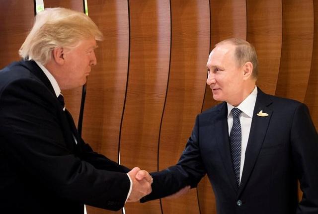 Cái bắt tay đầu tiên giữa Tổng thống Trump và Tổng thống Putin khi hai nhà lãnh đạo gặp nhau tại Hamburg, Đức.