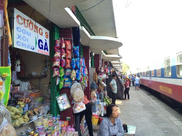 Hàng quán phục vụ khách đi tàu tại ga Diêu Trì (Bình Định)