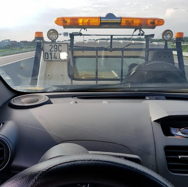Hình ảnh chiếc xe của anh M được cứu hộ đưa về từ cao tốc Hà Nội - Hải Phỏng (ảnh nhân vật cung cấp)