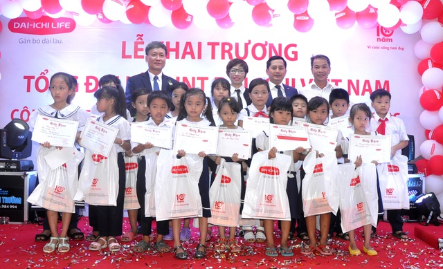 Dai-ichi Life Việt Nam trao học bổng cho học sinh nghèo học giỏi trong dịp khai trương Văn phòng Tổng đại lý tại Quận Sơn Trà, TP. Đà Nẵng