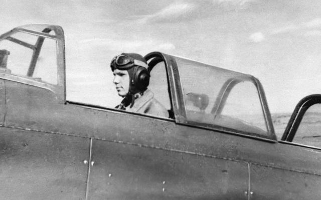 Vào năm 1951, chàng trai trẻ Gagarin đã được chọn tham gia khóa huấn luyện tại trường Kỹ thuật Công nghiệp Saratov, nơi anh được đào tạo về máy kéo. Trong khoảng thời gian tại Saratov, Yuri Gagarin, khi đó chỉ mới 17 tuổi, đã tình nguyện tham gia khóa huấn luyện vào cuối tuần tại một câu lạc bộ hàng không, nơi anh học cách điều khiển máy bay hai tầng cánh và máy bay huấn luyện Yak-18.