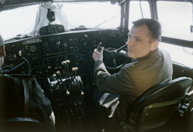 Yuri Gagarin ngồi trong buồng lái trước khi thực hiện chuyến bay lịch sử.