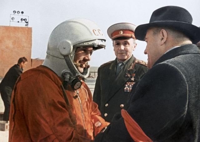 Kiến trúc sư trưởng Sergei Korolyov (phải) trao đổi cùng Yuri Gagarin trước khi chuyến bay lịch sử bắt đầu. Sau này, Gagarin cho biết ông Korolyov đã cho anh một số lời khuyên hữu ích và một số mẹo mà anh chưa từng được biết đến trước đó. Những điều này đã giúp anh trong chuyến hành trình đáng nhớ của mình.
