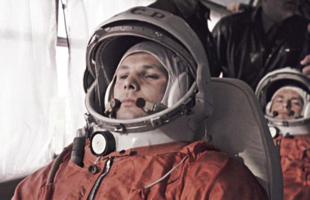 Yuri Gagarin và Gherman Titov ngồi trong khoang trước khi bắt đầu chuyến bay vào vũ trụ ngày 12/4/1961.