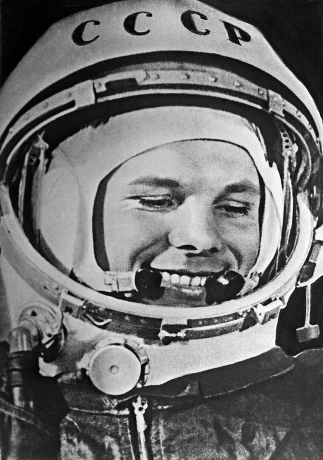 Nụ cười đi vào huyền thoại của phi hành gia Yuri Gagarin khi con tàu vũ trụ thực hiện chuyến bay thành công.