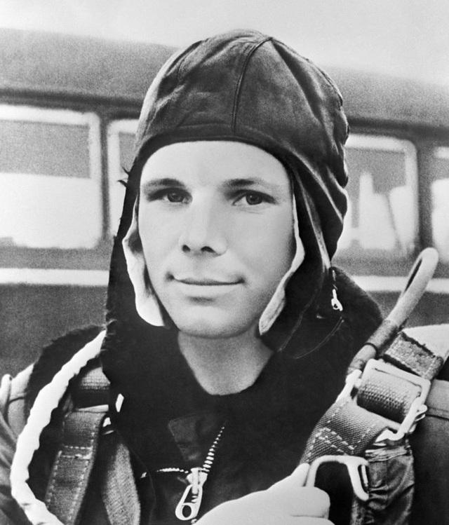 """Hai năm sau đó, khi chính phủ Liên Xô quyết định tìm kiếm phi công phù hợp để thực hiện chuyến bay có người đầu tiên vào vũ trụ trên con tàu """"Phương Đông 1"""", Gagarin đã nộp đơn đăng ký vào nhóm ứng viên cho vị trí phi hành gia. Năm 1960, sau khi trải qua quá trình tuyển chọn cũng như kiểm tra thể lực toàn diện, Gagarin và 19 phi công khác đã được chọn vào chương trình chinh phục không gian của Liên Xô."""