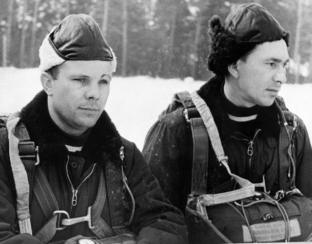 Yuri Gagarin (trái) và Pavel Belyaev - một thành viên khác trong đội phi hành gia tập nhảy dù.