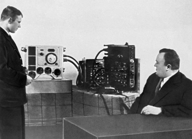 Yuri Gagarin trong một bài kiểm tra trong chương trình huấn luyện với kiến trúc sư trưởng Sergei Korolyov - người thiết kế con tàu vũ trụ Phương Đông 1 mà sau này đưa Gagarin lên quỹ đạo trái đất.