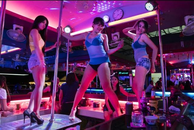 Bên trong một quán bar tại Pattaya