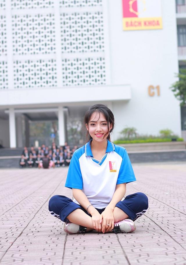 Bản thân Linh không ngờ rằng hình ảnh của cô sẽ xuất hiện trên diễn đàn Facebook của các bạn sinh viên trong trường. Cho tới khi một vài người bạn của Linh gắn thẻ cô bên dưới phần bình luận, Linh mới ngỡ ngàng nhận ra rằng hoá ra mọi người đang nói về mình.