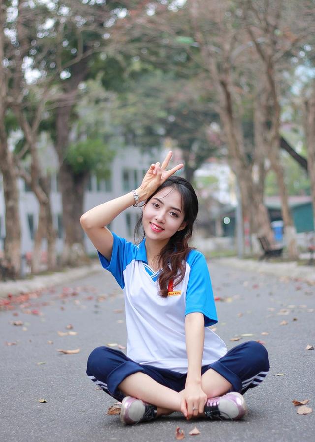 Trong chùm ảnh này, Linh đang mặc đồng phục trường và đều ngồi bệt xuống đất một cách hồn nhiên.