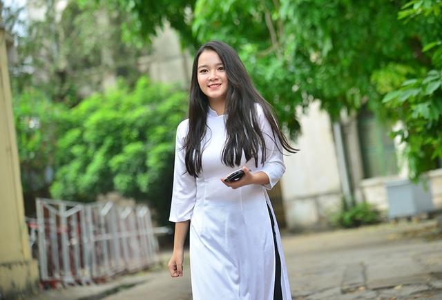 Áo dài trắng tinh nụ cười tươi tắn làm nên vẻ đẹp của các cô gái.