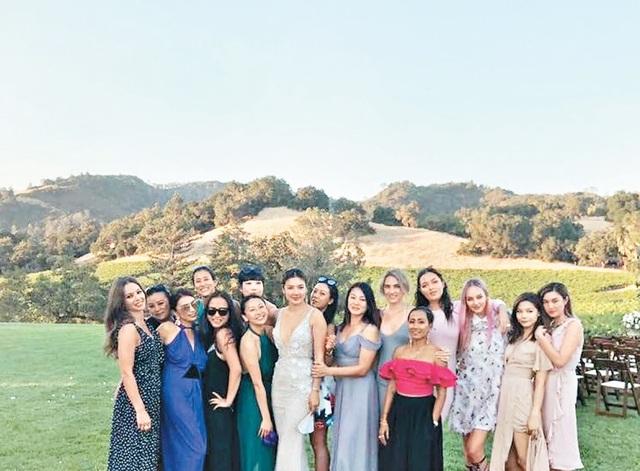 Gaile Loik chụp ảnh kỷ niệm cùng bạn bè và người thân sau lễ thành hôn.