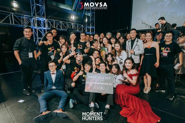 Các thí sinh và khán giả chụp ảnh cùng ban giám khảo Movsa 2017