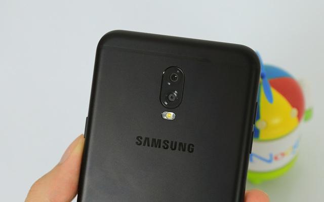 Điểm nhấn của thiết bị đó là hệ thống camera kép, lần đầu được Samsung mang vào thiết bị tầm trung của hãng.