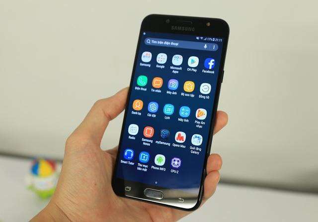 Mặt trước của máy là màn hình Full HD, theo công nghệ SuperAMOLED, vốn chỉ xuất hiện trên dòng sản phẩm cao cấp. Màn hình này có kích thước lớn, 5,5 inch và sử dụng mặt kính cong nhẹ 2.5D. Galaxy J7+ khởi chạy nền tảng Android 7.0 với giao diện tương tự Galaxy S8.