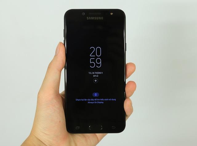 Ngoài ra, Samsung còn trang bị thêm các tính năng khác như màn hình Always On Display và tính năng hai toàn khoản chat song song...